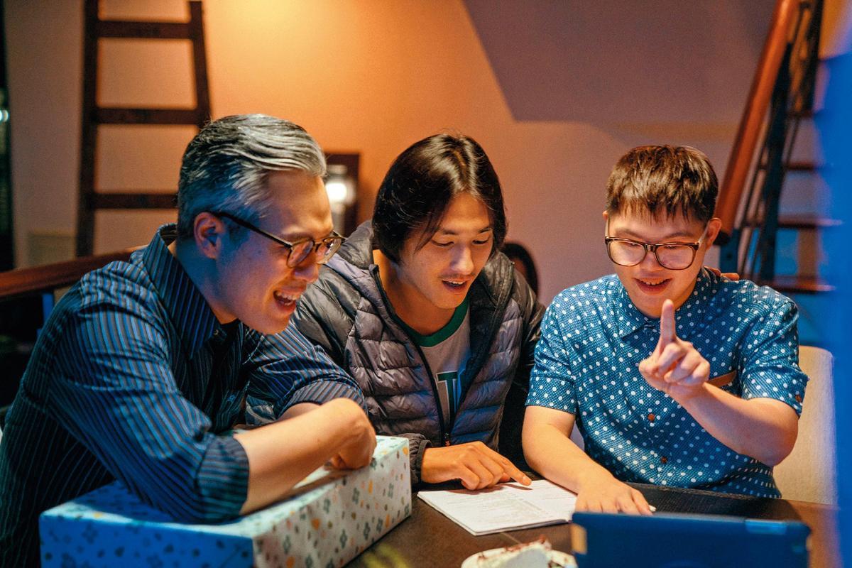 藍正龍(中)在拍片現場指導蔡佳宏(右)演出。左為演員樊光耀。(華映娛樂提供)