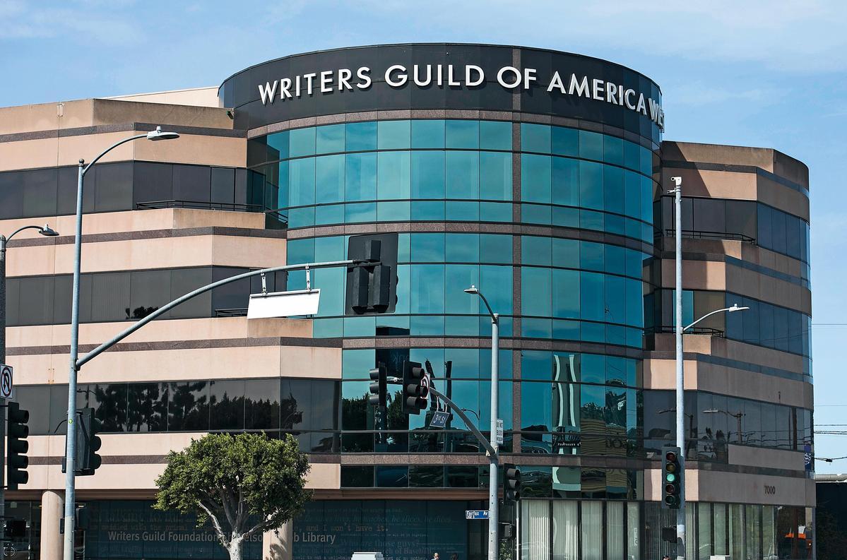 好萊塢編劇工會WGA(圖)與經紀人協會為了「打包費」對峙1年,日前更大動作要求會員集體解僱他們的經紀人。(東方IC)