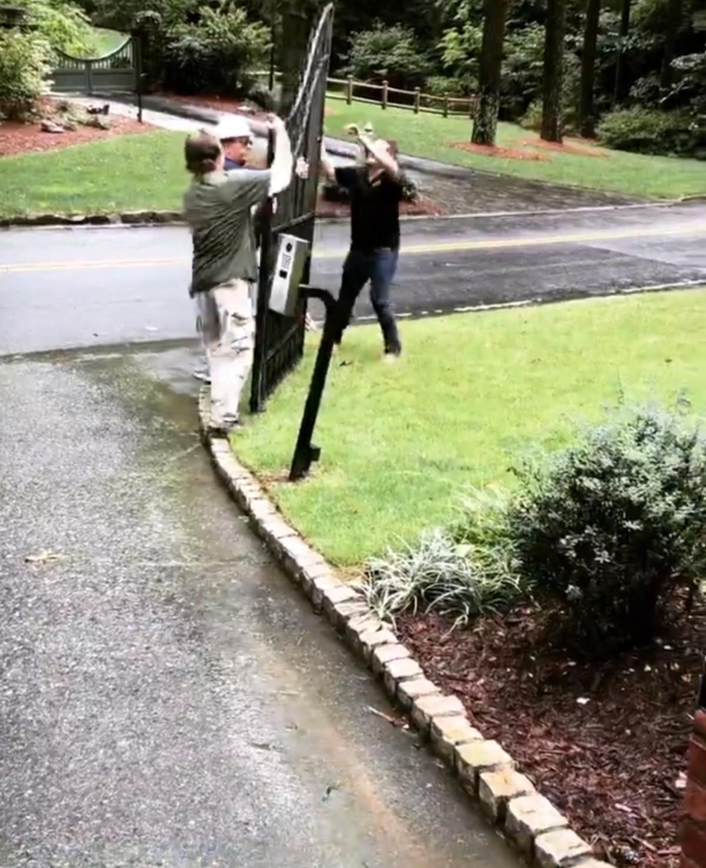 鐵門要2個人才搬得動,但巨石強森一個人就掰下來了。(翻攝自巨石強森IG)