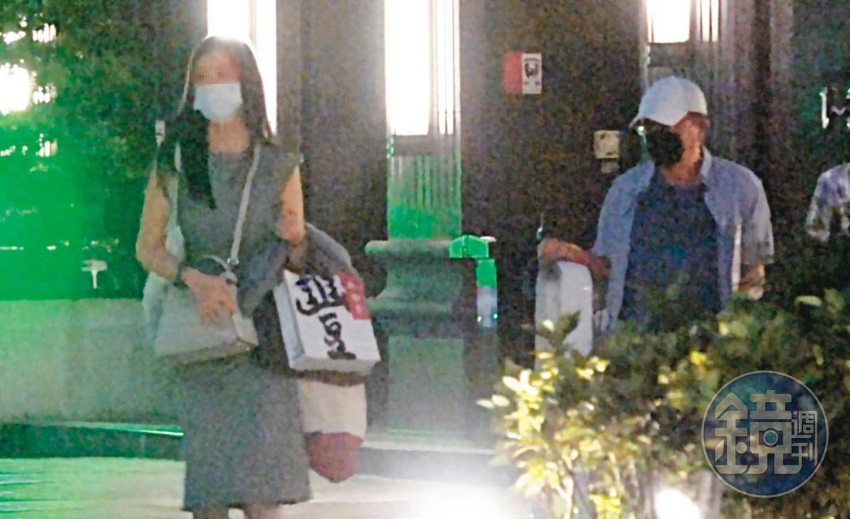 10/01 18:00 高志鵬(右)休假第一站就直奔三重接女友(左),2人大包小包提著名產、家用品,準備共享中秋天倫樂。