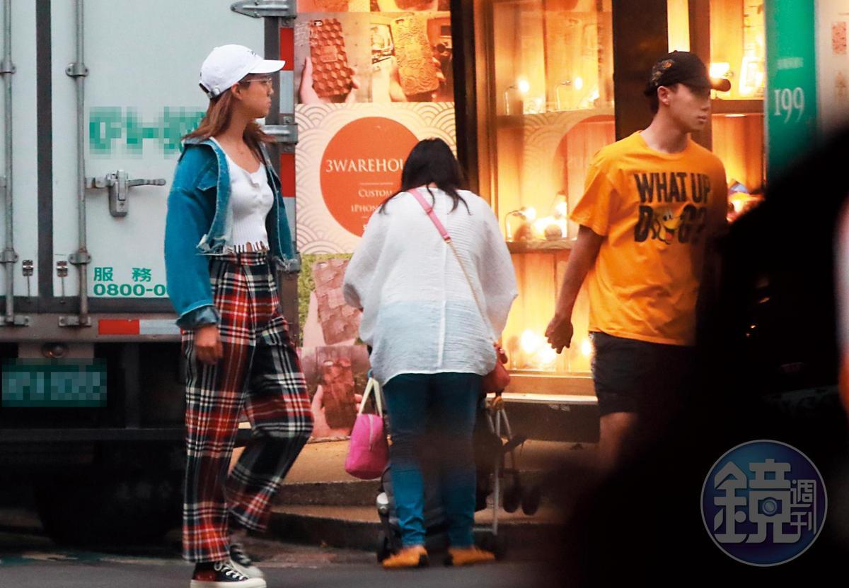7月10日18:26,ØZI回家換好衣服,和Angelina下樓逛街。