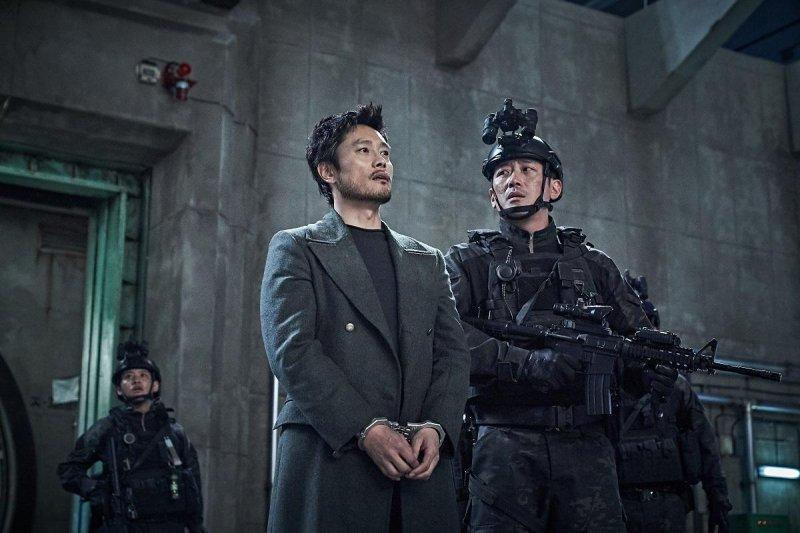 《白頭山:半島浩劫》李炳憲(左)與河正宇被迫要搭檔拯救朝鮮半島。(車庫娛樂提供)