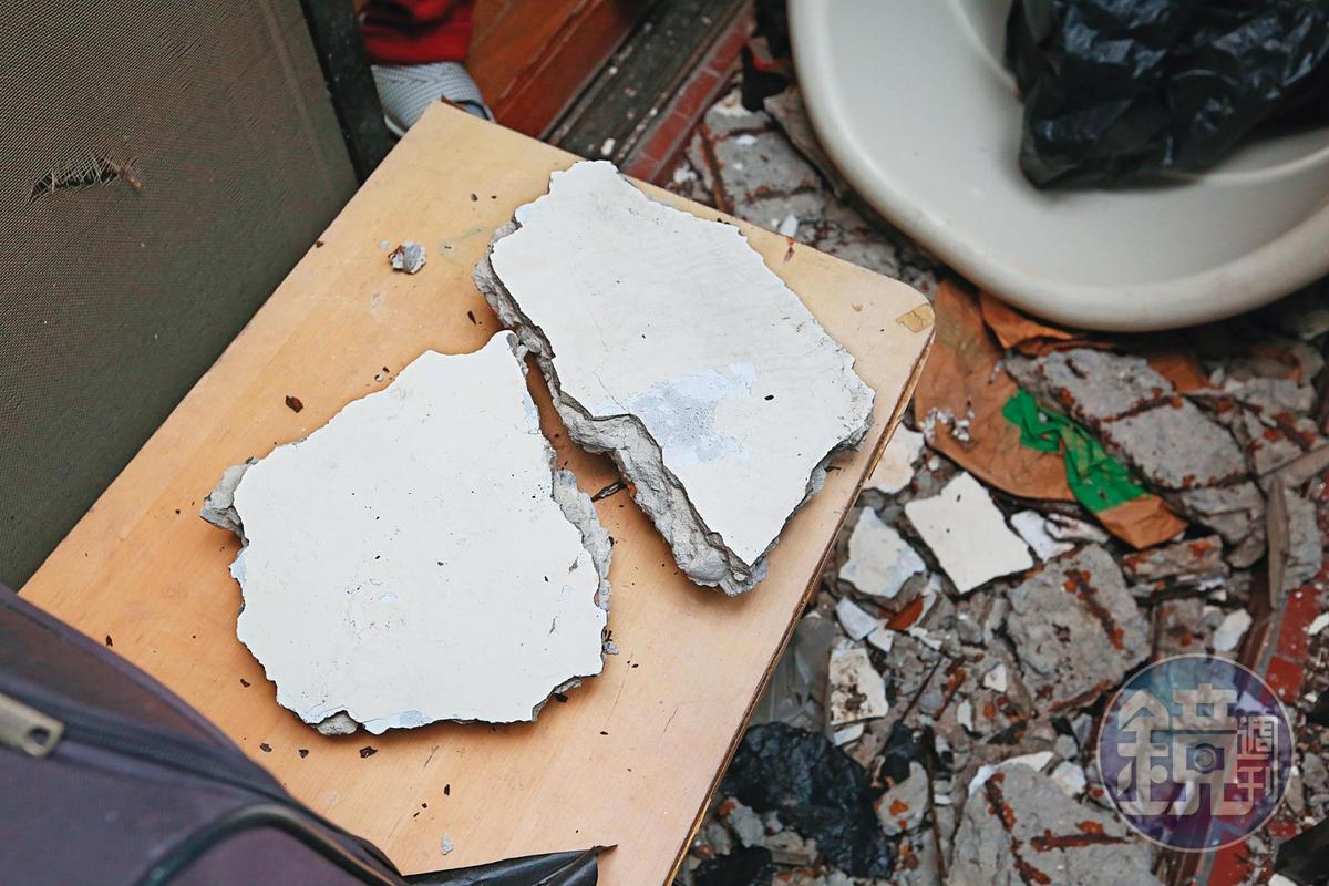 海砂屋「禍」從天降並非偶然,圖為住戶陽台不定期掉落的水泥塊。
