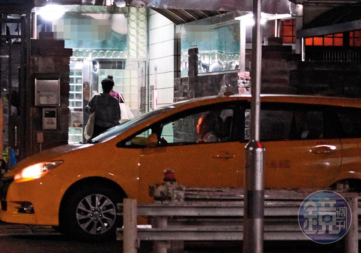 23:57 張鈞甯身旁的人從邱澤變成女助理,還帶著一堆行李回家。