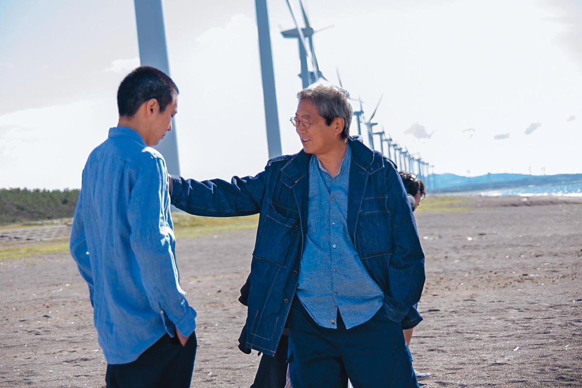 荒井晴彥(右)表示,他在片場沒有即興創作,頂多稍微修正演員的演出,左為柄本佑。(森重晃提供)