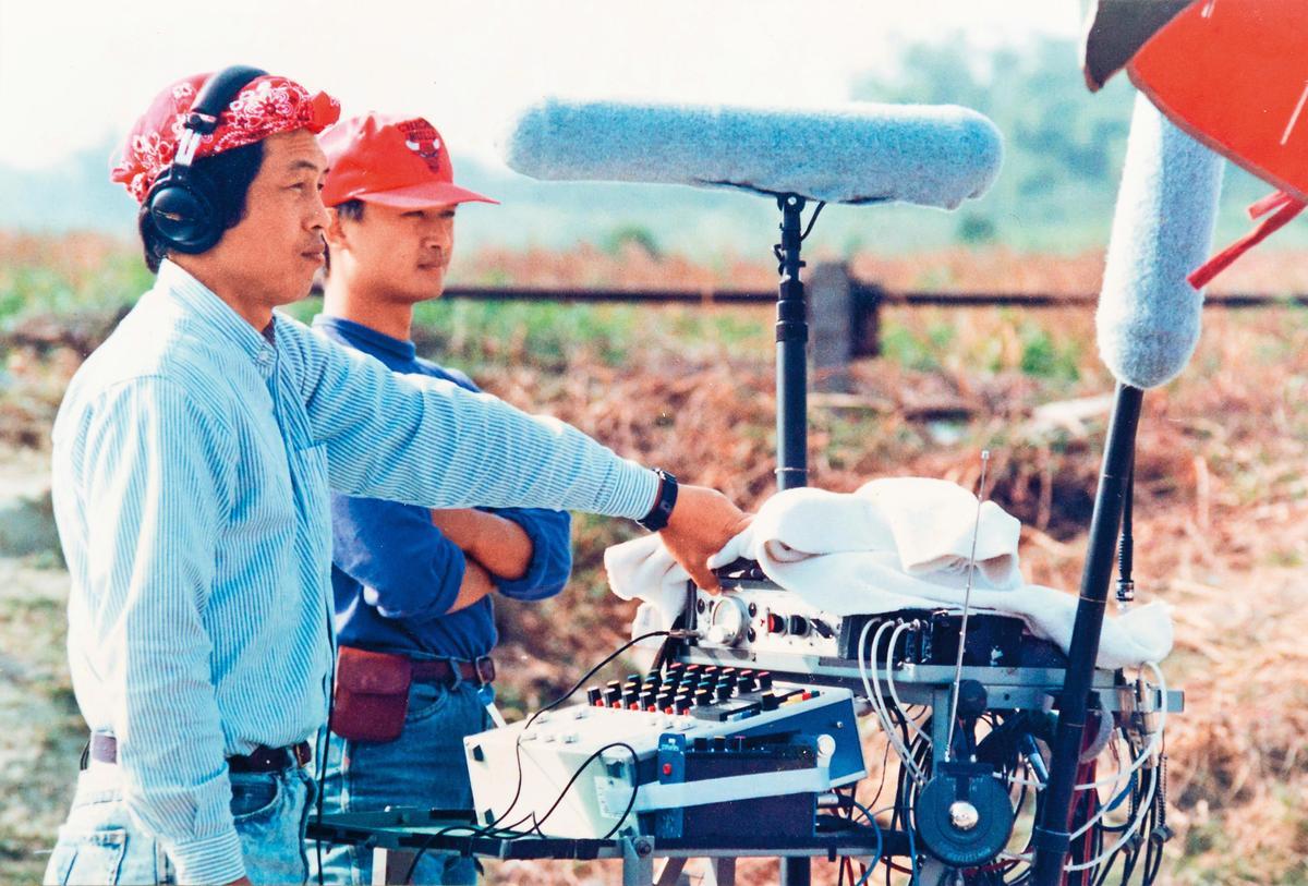 1992年湯湘竹(右)跟著師父杜篤之(左)在福建拍攝《戲夢人生》。(湯湘竹提供)