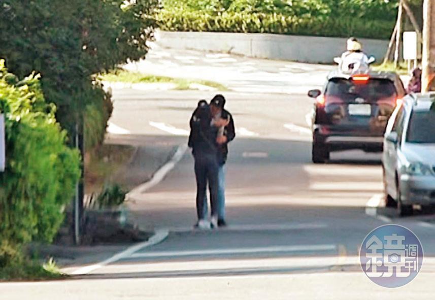 倒退嚕:11/09 15:11用餐後愛意藏不住!劉男在頭城路邊直接熊抱起學姐激吻,接著還「倒退嚕」邊走邊親,熱吻長達20秒。