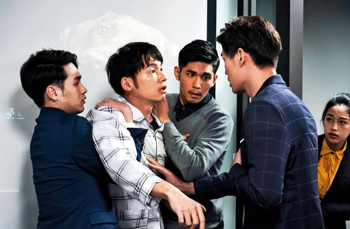 溫昇豪(左2)詮釋媽寶男主角活靈活現,一場過敏腫成香腸嘴的橋段相當搞笑。(百戲電影提供/王志偉攝)