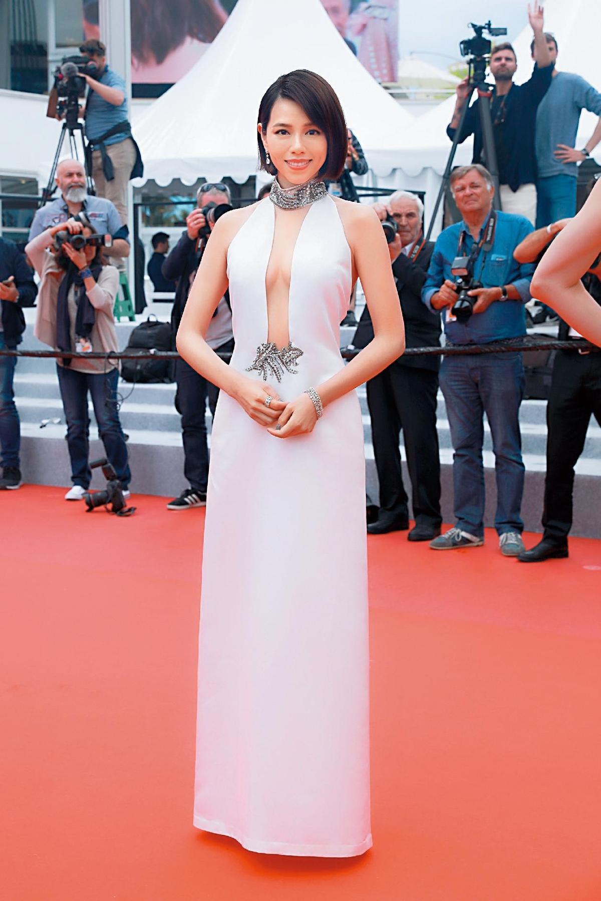 參加坎城影展的夏于喬,以這身造型被《Laprovence》選為影展第7天最美女星。