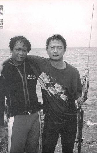 湯湘竹(右)執導的第一部紀錄片《海有多深》以蘭嶼原住民馬目諾(左)為主角。(湯湘竹提供)