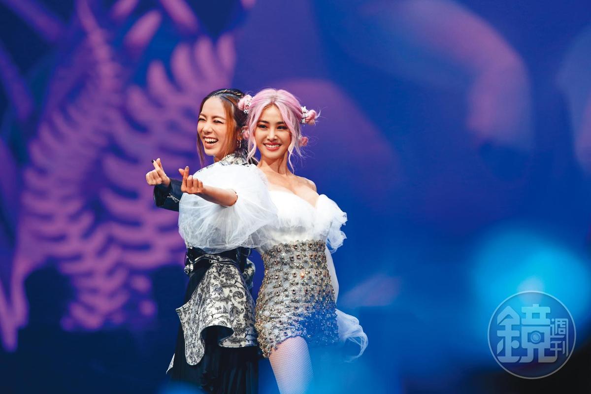 蔡依林(右)舉辦《Ugly Beauty世界巡迴演唱會》,曾邀請鄧紫棋(左)同台合唱,雙天后組合讓歌迷high爆小巨蛋。