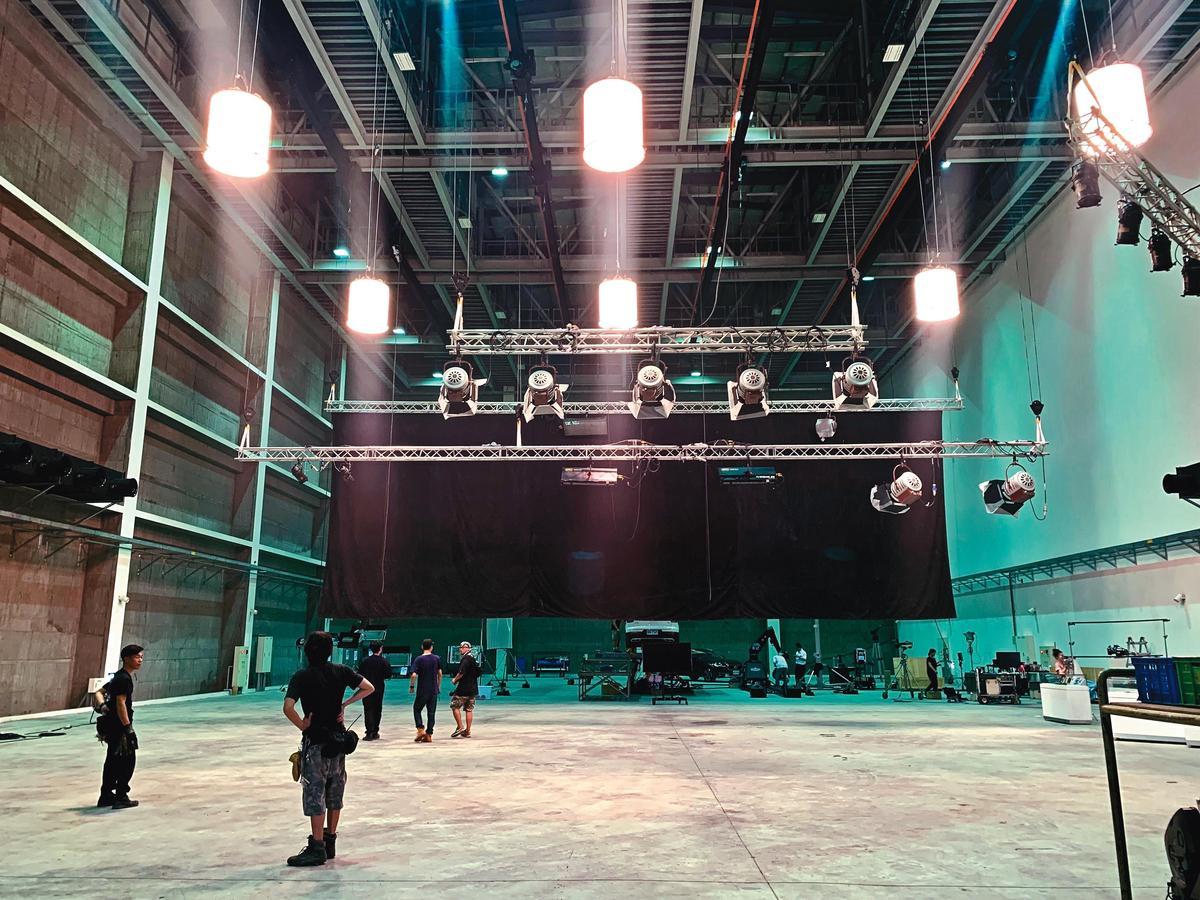 全台最高的攝影棚挑高達16公尺,並配備遙控電動天車調整燈光。(中影八德提供)