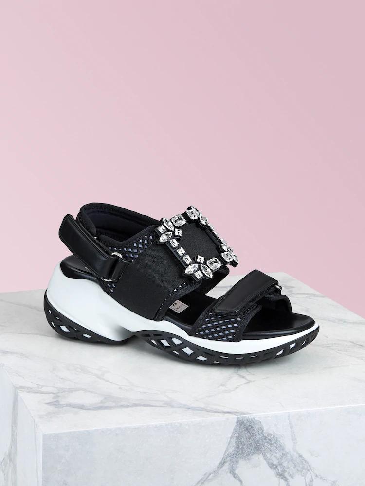 Viv' Run黑色鑽釦涼鞋,NT$41,600。(迪生提供)