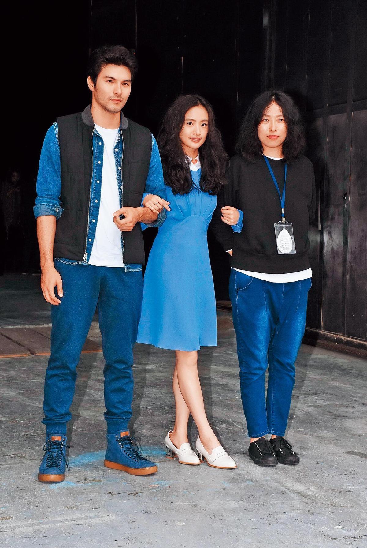 電影《我的蛋男情人》導演傅天余(右)將編導驚悚鬼片《濕身》。左起為鳳小岳、林依晨。(東方IC)