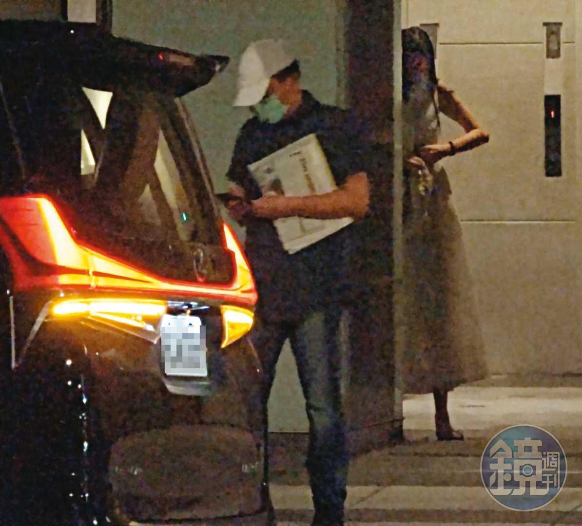 18:16 母親上車後,高志鵬刻意與女友一前一後分開行動,女友待在大樓內先等高上車。