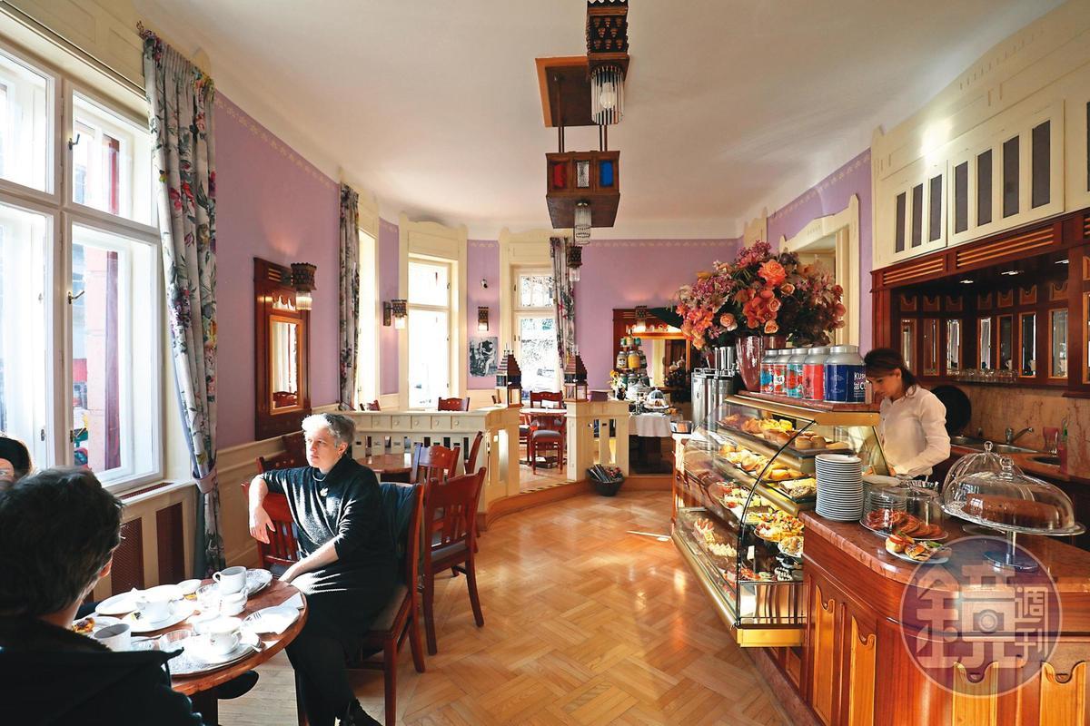 週末清晨的陽光,照進甜點店「Auguszt Cukrászda」的2樓,顯得分外悠閒。