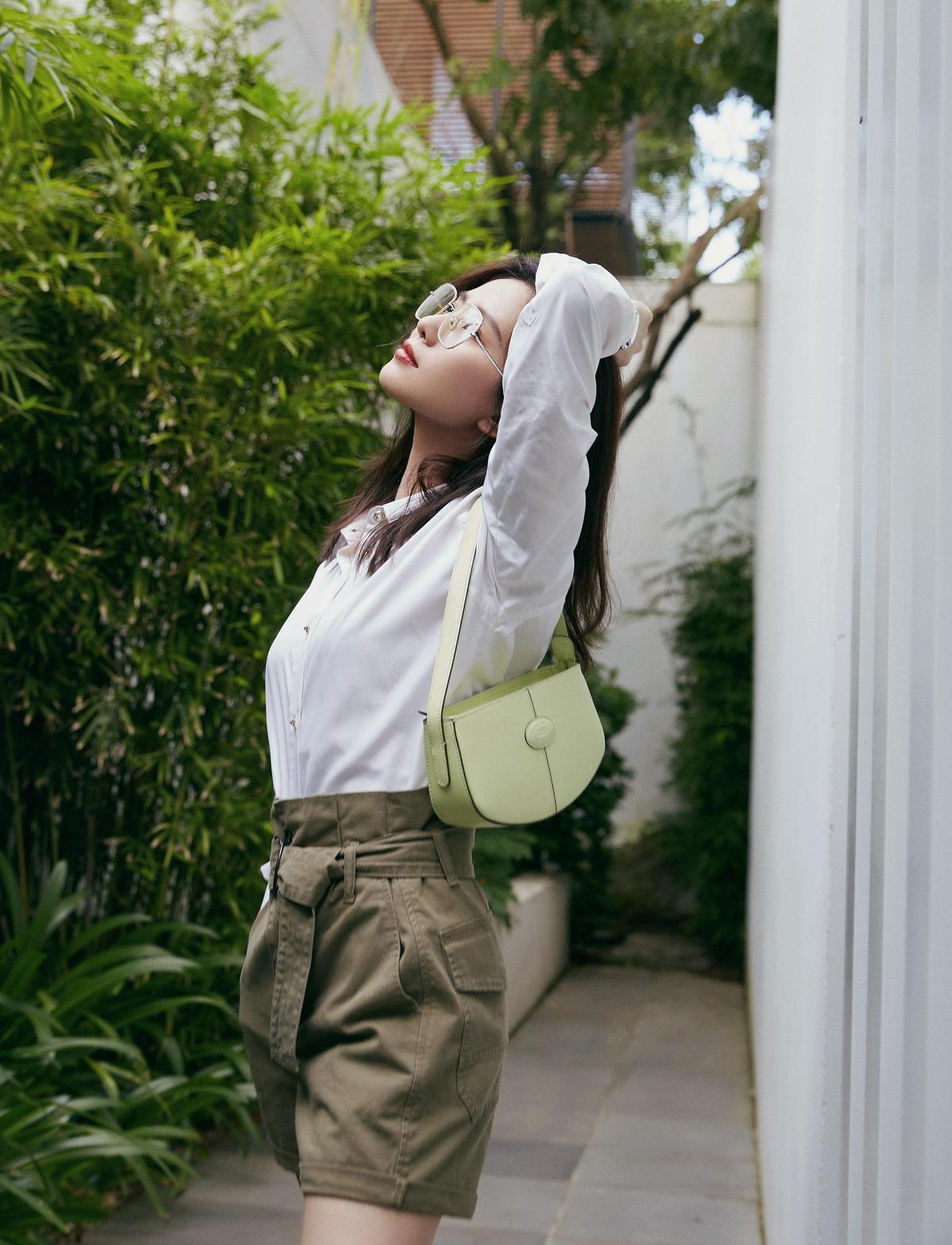 品牌大使劉詩詩知性的帥氣look與周揚青撞包,但兩人氣質不同,詮釋出的味道也完全相異。(迪生提供)