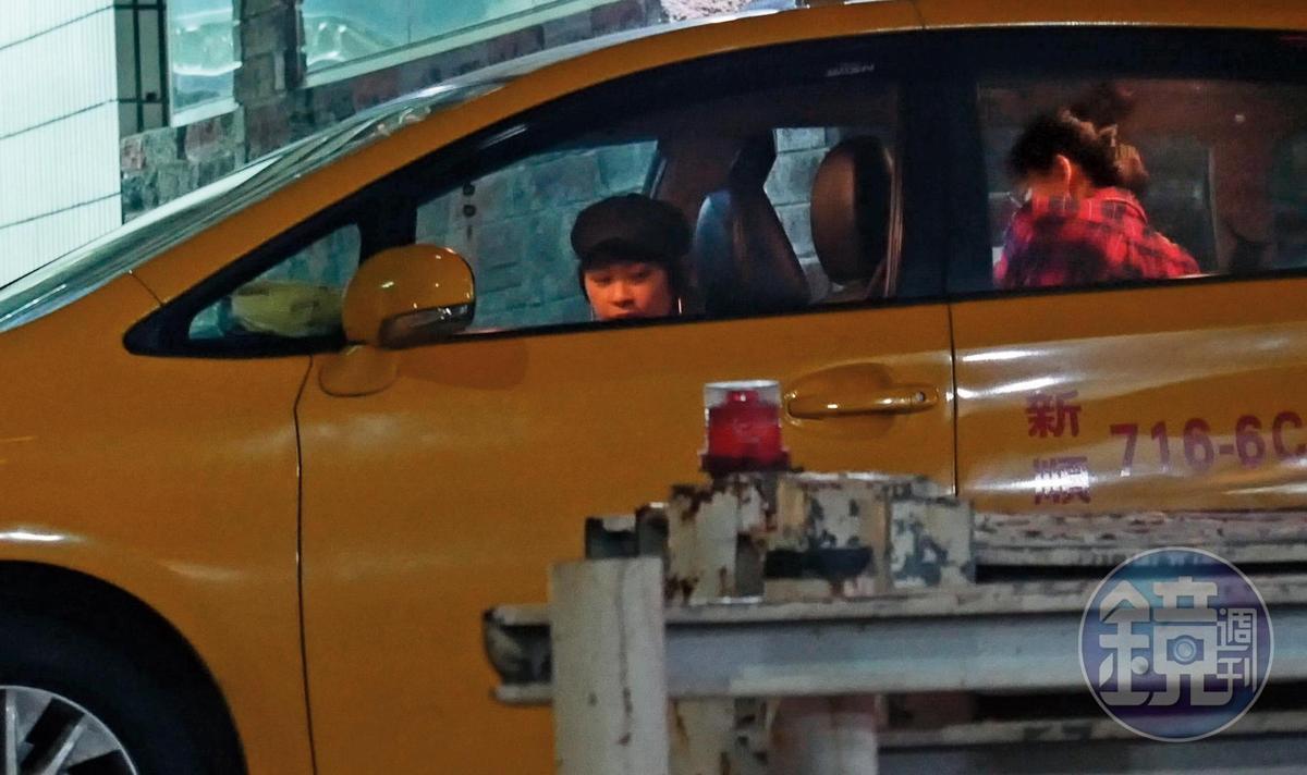 9/18 23:55 跟邱澤同享疾速快感之旅後,張鈞甯(右)突然下車換搭計程車,出現的助理(左)戴上帽子,企圖跟張的造型一樣。