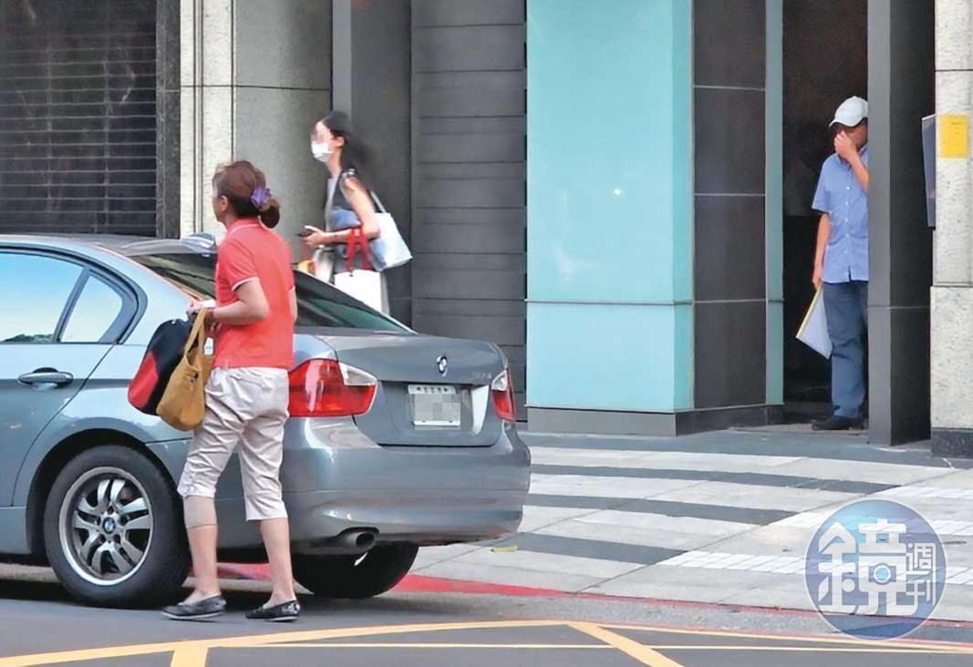 10/02 15:58 休假返家探親的高志鵬行動低調,他會待在一樓大廳先等女友出門,待5至10秒後才跟上,再搭同輛車離去。