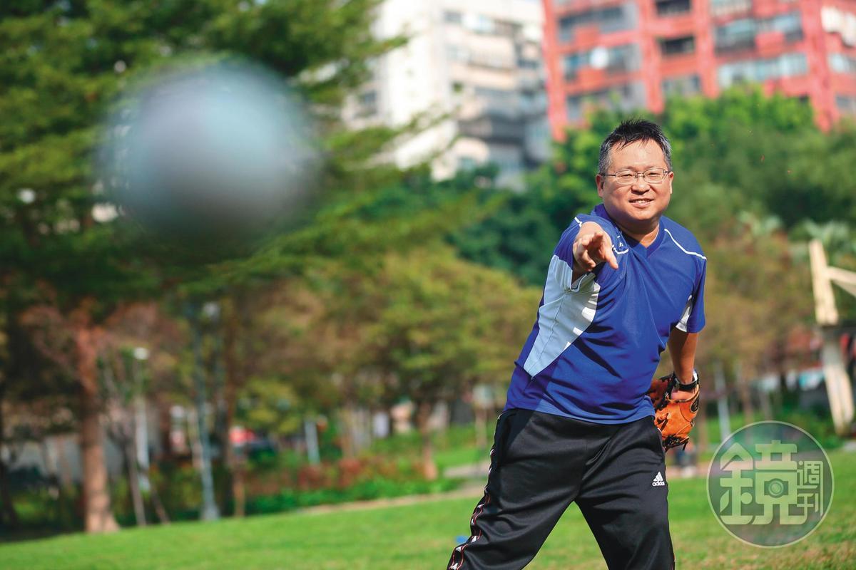 楊啟宏熱愛棒球運動,自創的牛棚選股法,靈感來自王牌投手王建民。