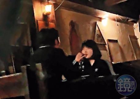 在航X酒吧內,經常可見男女喝酒聊天,這些女子身分令人起疑。(讀者提供)