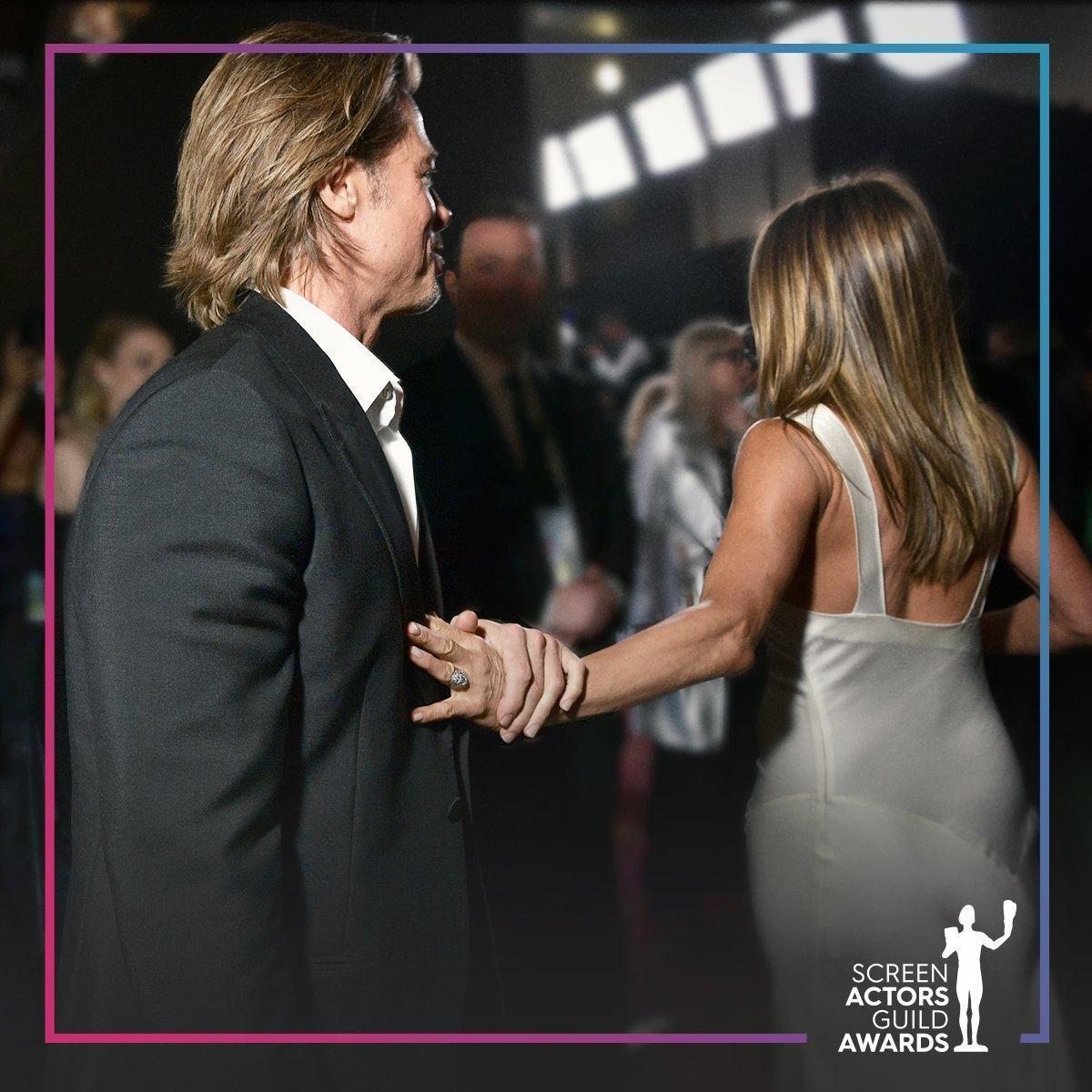 珍妮佛的手壓在小布胸前,而小布則緊抓著珍妮佛的手。(SAG Awards twitter)