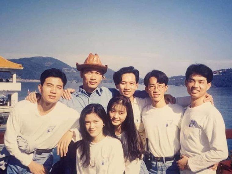 劉真和大學同學們一起出遊留下開心合照。(翻攝自蔡輝煌臉書)