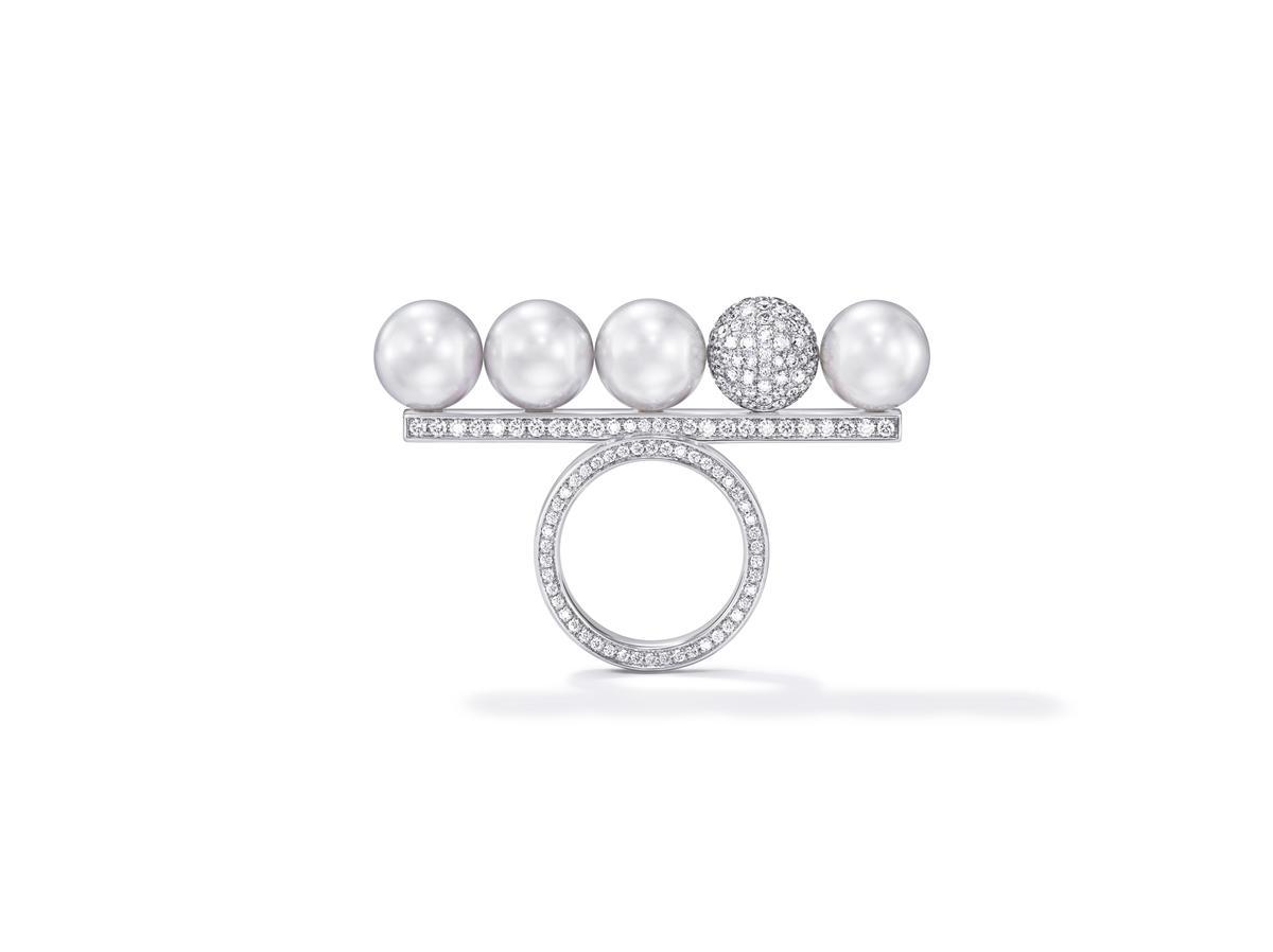 balance signature decade pearls & diamonds戒指。NT$1,010,000。(TASAKI提供)