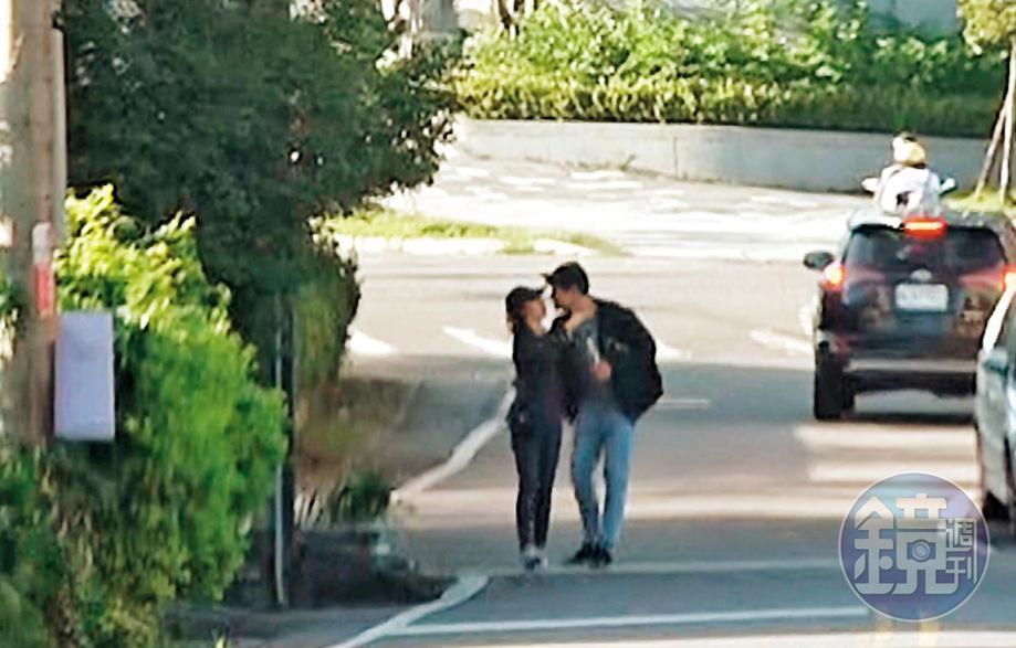 攬入懷:愛意藏不住!劉男在頭城路邊直接熊抱起學姐激吻,接著還「倒退嚕」邊走邊親,熱吻長達20秒。