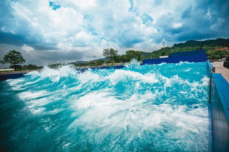 亞洲唯一的造浪池,透過12部150匹馬力真空造浪機,製造千種波浪提供拍攝。(中影八德提供)