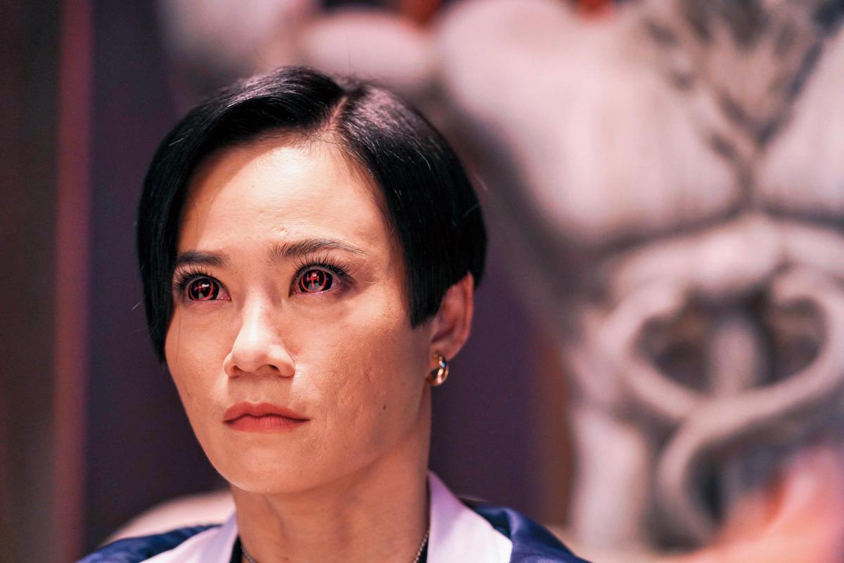 電影《第九分局》片中,楊雁雁戴上特製的隱形眼鏡,演個大魔王,狂妄又囂張。(甲上娛樂提供)