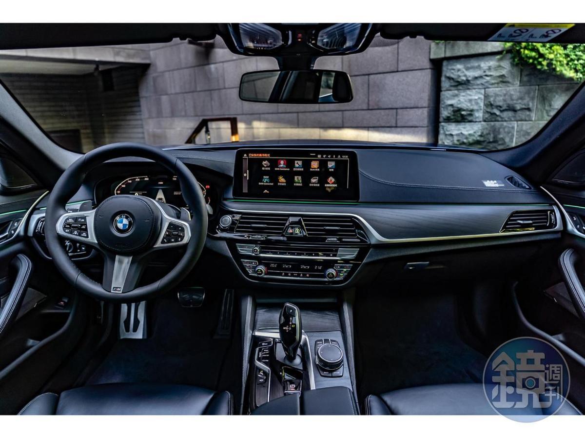 駕駛導向座艙設計,為高科技的駕乘環境注入現代豪華氛圍。