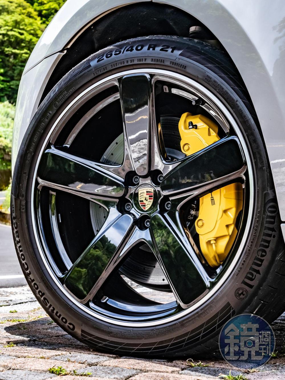 選配前396mm、後370mm的PCCB陶瓷複合煞車系統,搭配鮮黃卡鉗與21吋Sport Classic鋁圈。