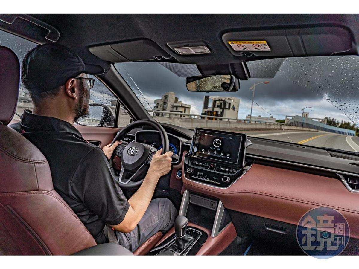 Corolla Cross有著超乎預期的操控感受,加上主動駕駛輔助系統的幫助,在彎道或山路時可以將車輛的穩定性保持在不錯的水準。