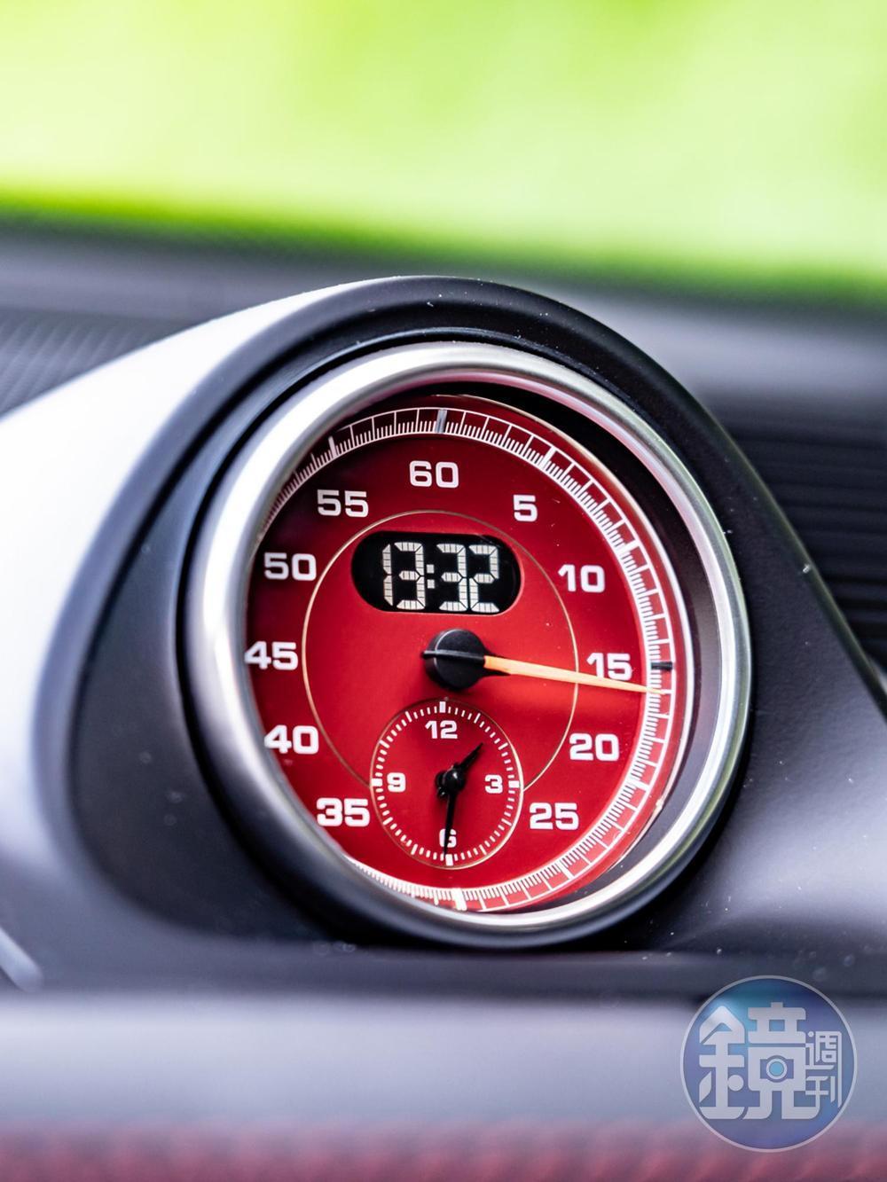 選配跑車計時套件才有的中控台上方數位與類比雙顯計時碼錶。