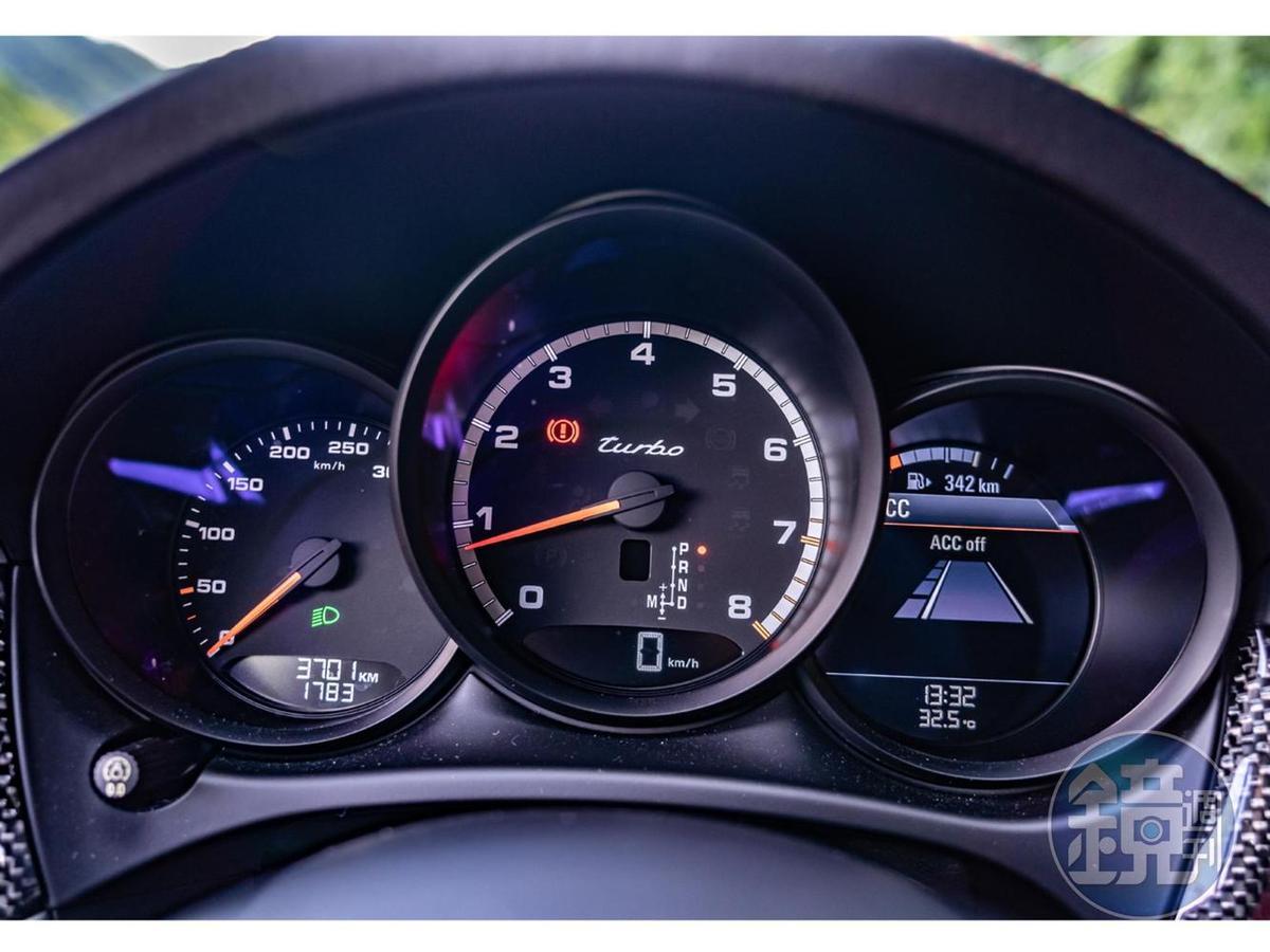 含4.8吋多功能顯示螢幕的經典三環式儀表板。