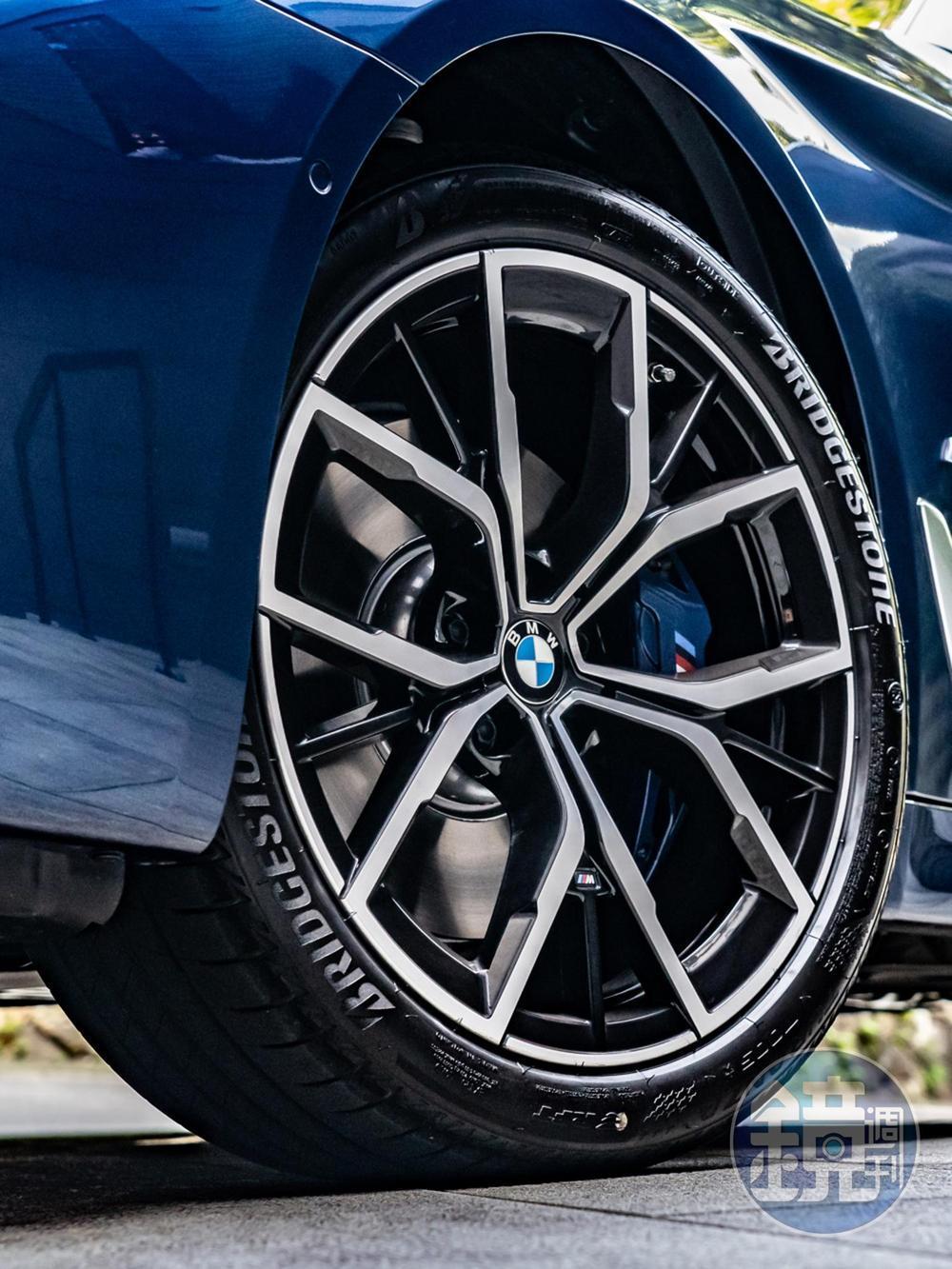 首發版標配19吋M款鋁圈,請注意藍色的M煞車卡鉗。