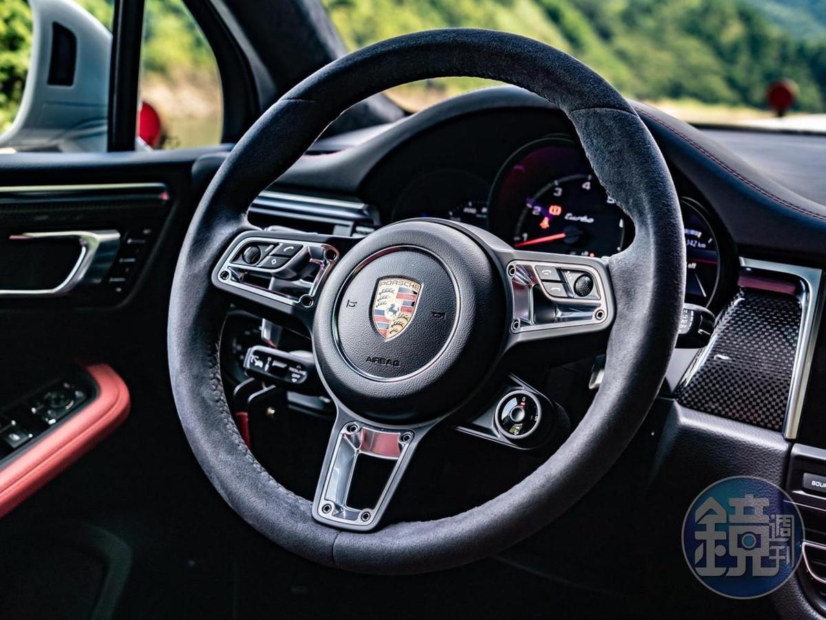 以Alcantara麂皮包覆、並具備加熱功能的GT跑車式方向盤則是源自911內裝的設計基因。