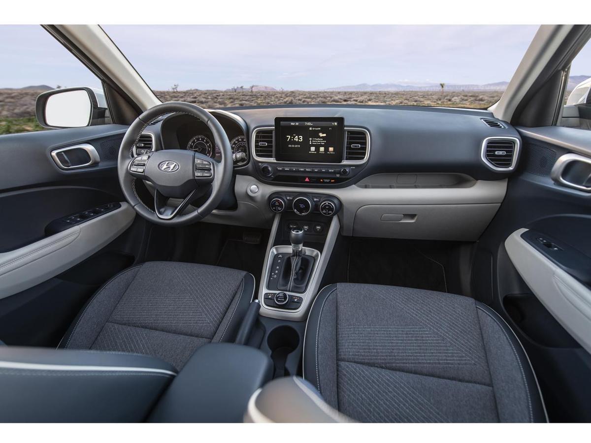 內裝依舊擁有包括8吋觸控螢幕、智慧型手機連結還有在入門車型外的等級標配HYUNDAI Smartsence主動安全系統。
