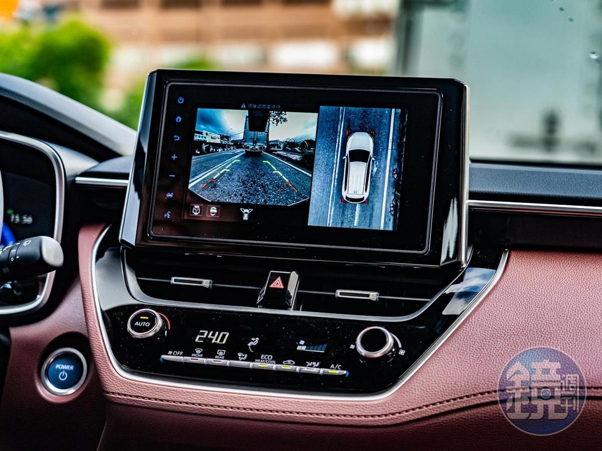 中控顯示幕為8吋構形,Hybrid 旗艦型並標配PVM環景影像輔助系統。
