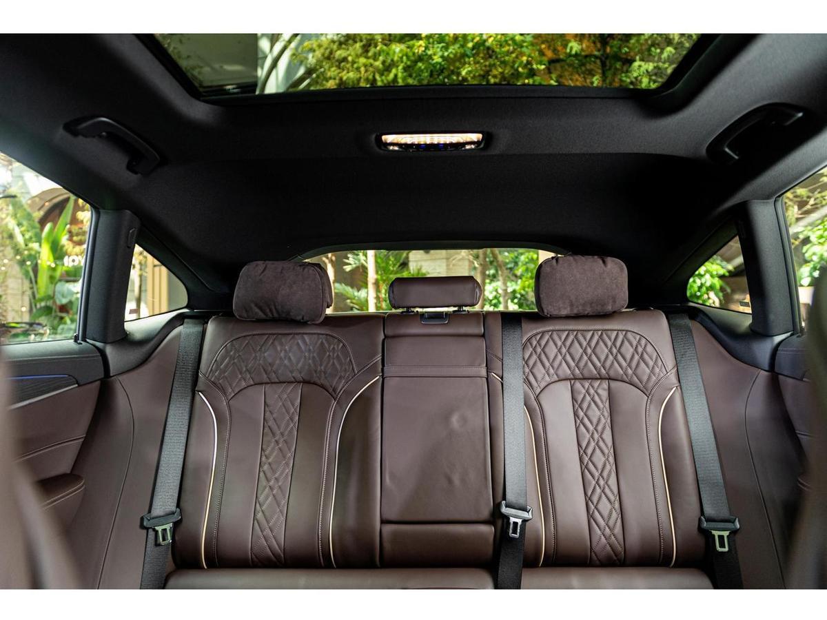 全新BMW 6系列Gran Turismo具備媲美旗艦車款的寬敞豪華車室,全景式電動玻璃天窗讓車主享受旅途中的每一分璀璨美景。