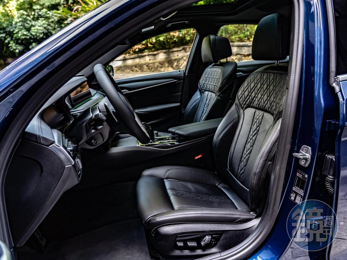 觸感柔軟的Dakota真皮雙前座舒適型電動座椅,可進行20個方向的電動調整。