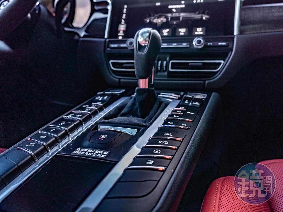 大量排列在鞍座兩旁的實體化按鍵,對於喜愛手感的老派駕駛來說堪稱救贖。
