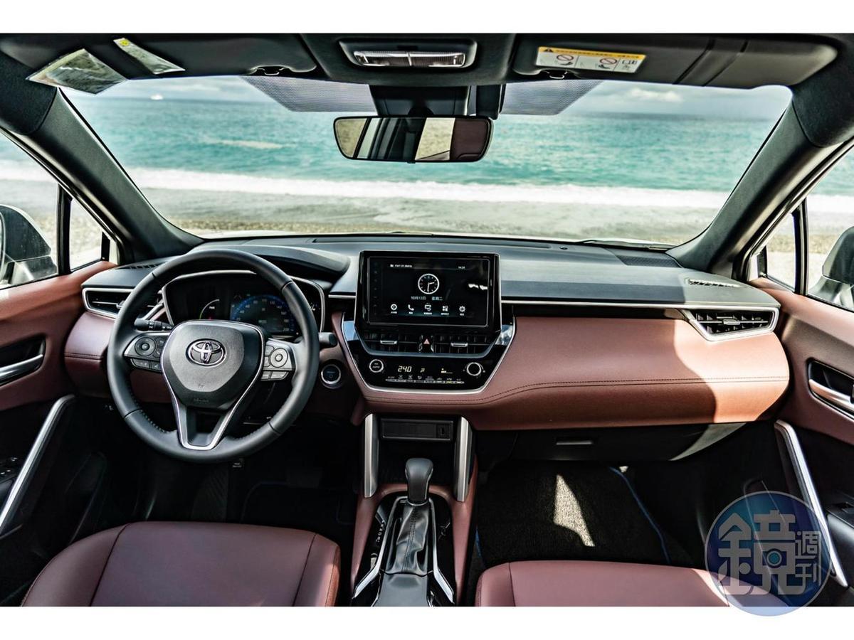 內裝很明顯的幾乎完全移植自Corolla Altis,不過原本的手煞車則改為腳踏式駐車,換來的是更大尺寸的排檔座置杯空間。
