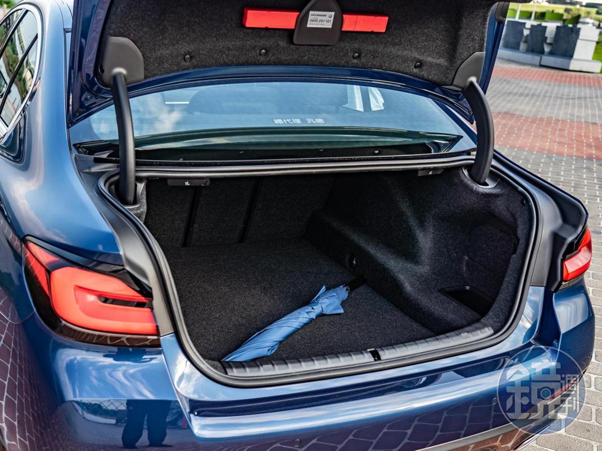 行李廂具備530公升的容積,搭配4/2/4後座座椅的傾倒功能可擴大使用彈性。