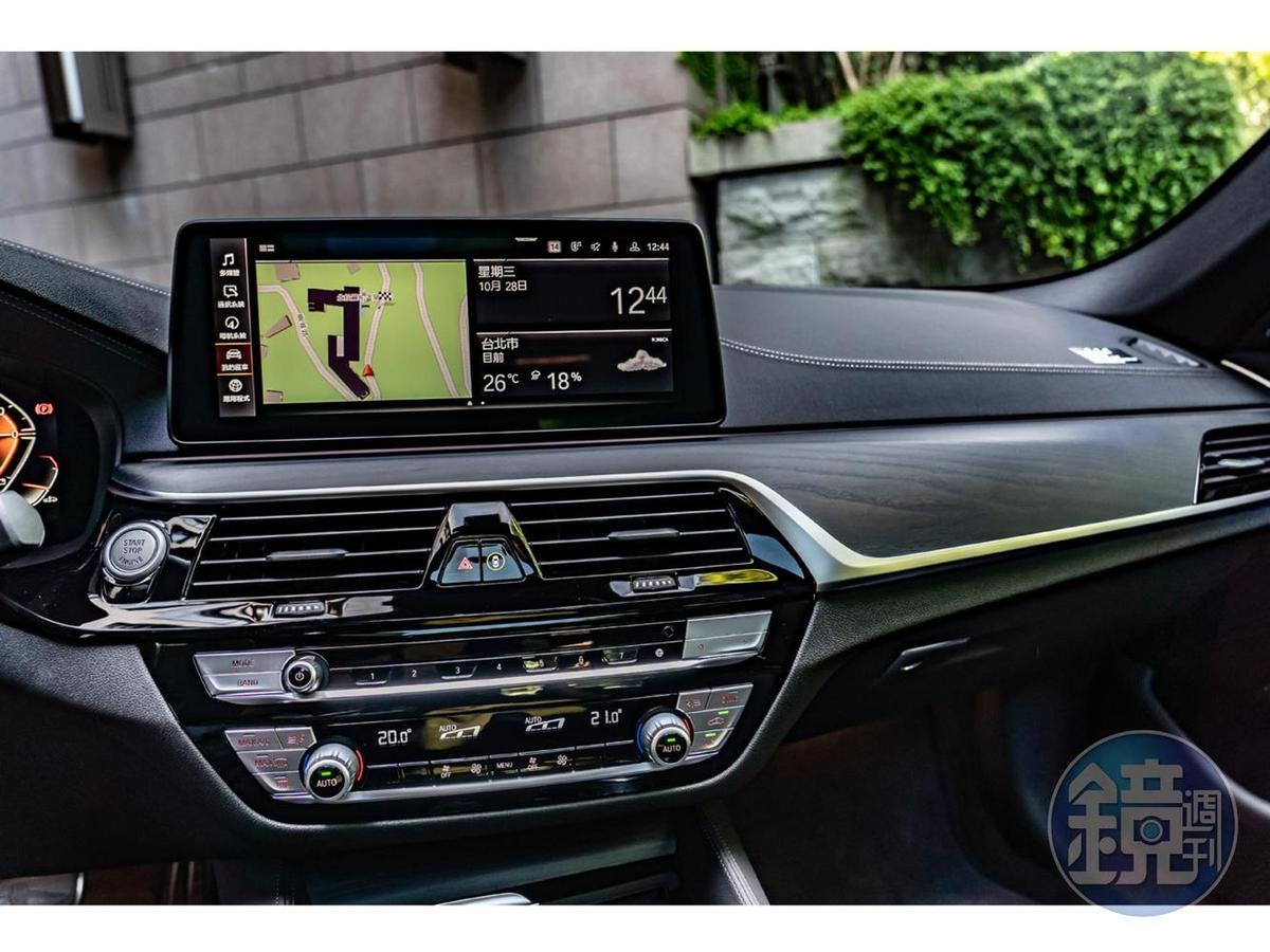 先進的BMW iDrive 7.0操作系統、加大的12.3吋中控觸控螢幕以簡單、直覺的人性化界面,讓駕駛依照使用習慣自訂風格。