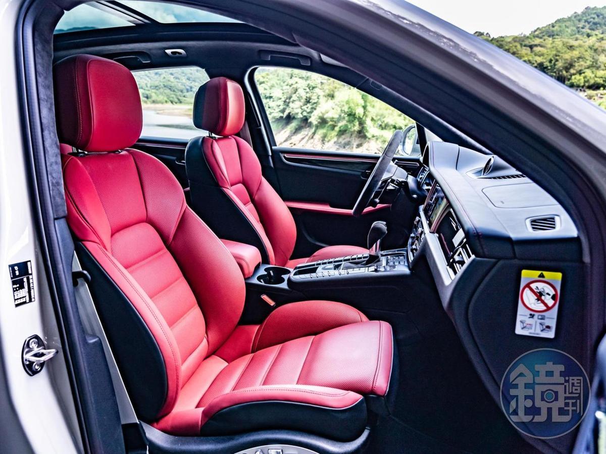 前雙座十八向電動調整跑車座椅,無論支撐性與包覆度都十分優異。