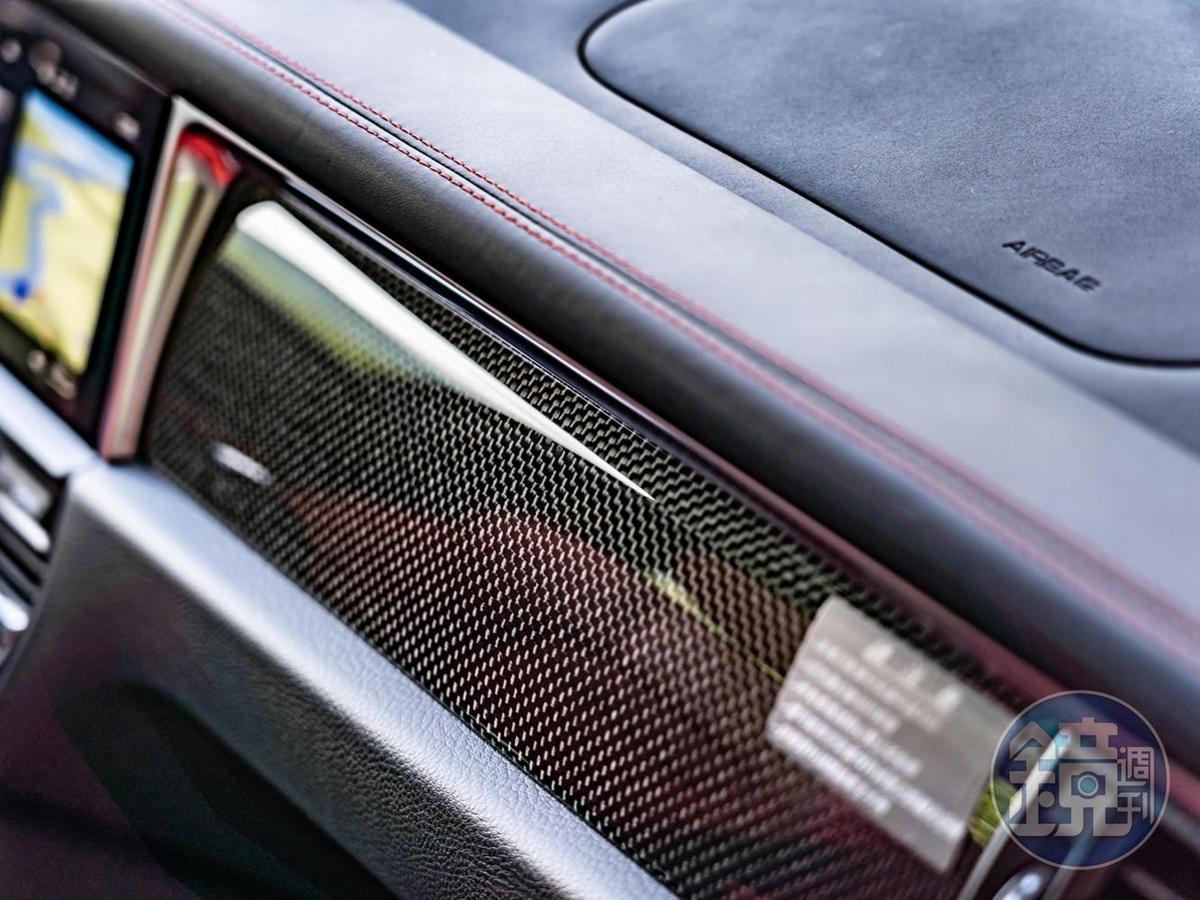 碳纖維內裝飾板套件增添競技感。