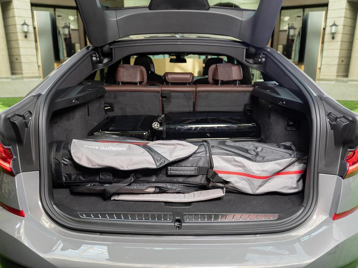 全新BMW 6系列Gran Turismo行李廂容積可於600~1,800公升之間彈性做變化,搭配電動尾門啟閉系統,車主能更優雅的使用後廂機能。