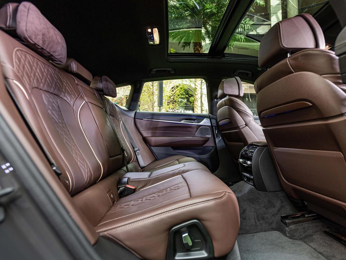 全新BMW 6系列Gran Turismo擁有如同頭等艙的豪華寬敞車室,搭配雙後座Alcantara麂皮頭枕、後座椅背電動調整功能,以豪華優雅之姿陪伴後座乘員享受壯闊旅途。